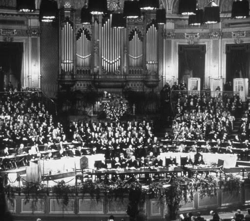 La constitución del Consejo Mundial de Iglesias en Amsterdam en 1948 da comienzo a un movimiento ecuménico que busca la fusión de varias denominaciones en los años 60.