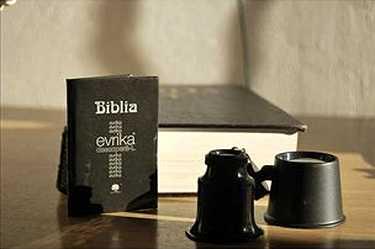 <p> La Biblia, con su lupa</p> ,