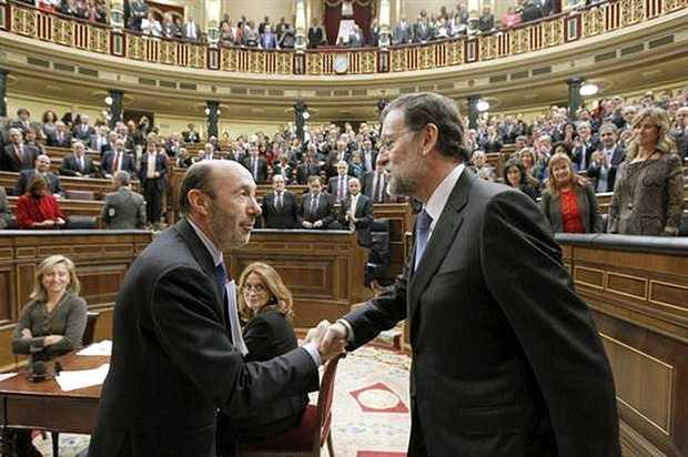 <p> Rubalcaba saluda a Rajoy tras ser investido Presidente</p> ,