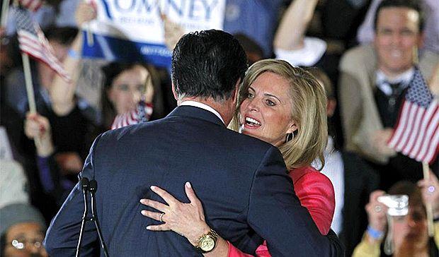 <p> Romney abraza a su esposa, este pasado 6 de marzo</p> ,