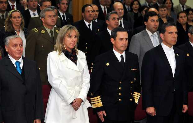 <p> Parte de las autoridades y representaci&oacute;n del Gobierno chileno presentes en el acto.</p> ,