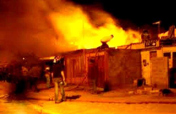 <p> Arde la casa de una familia ind&iacute;gena evang&eacute;lica en Yashtinin, municipio de S. Crist&oacute;bal de Las Casas, Chiapas.</p> ,