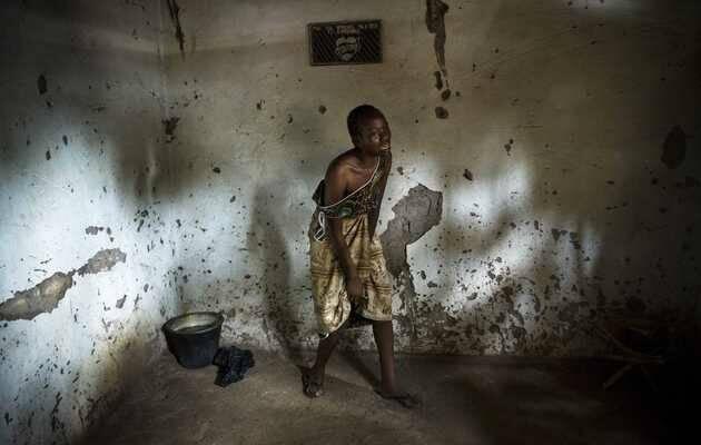 William Daniels / Panos Pictures. Llorando la muerte de su pariente Sept-Abel Sangomalet. De su trabajo sobre la crisis humanitaria en África Central. Premio Visa de Oro Humanitaria del Comité Internacional de la Cruz Roja (CICR) en el Festival VISA ,