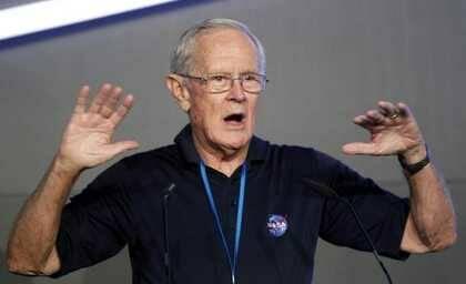 El astronauta del Apolo 16, Charlie Duke, durante su conferencia / Efe
