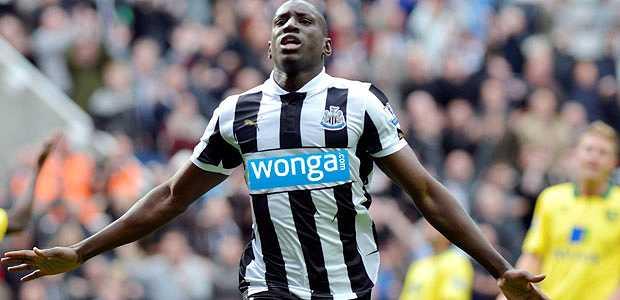 <p> Un jugador del Newcastle con el nuevo patrocinador en su camiseta</p> ,