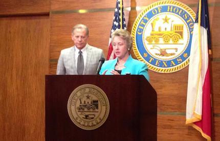 La alcaldesa Annise Parker, anunciando las modificaciones en la citación judicial.