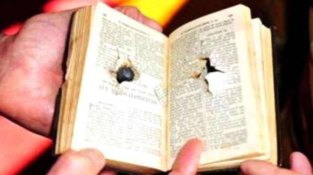 La Biblia de F. Rebollo, con la bala incrustada / Infobae,Biblia bala