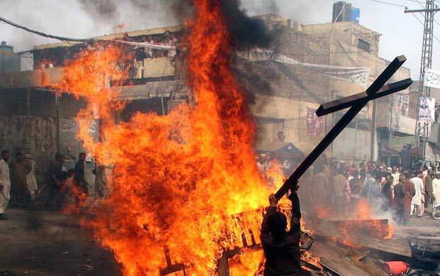 Queman símbolos cristianos en Lahore. / INP, Adress Hassan.,Pakistán islam