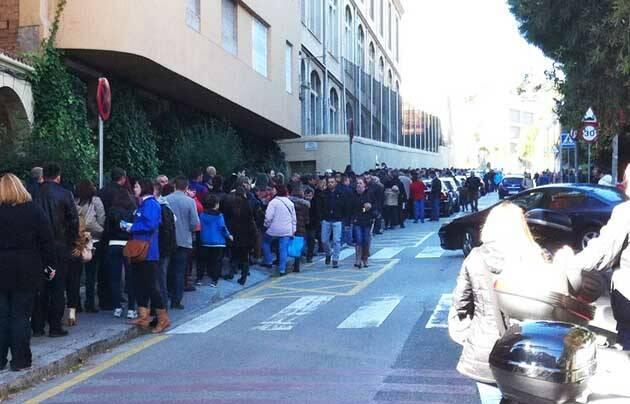 Cola de ciudadanos rumanos en Barcelona, esperando su turno para votar. / D. Plesa,Rumanía Barcelona