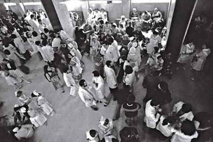 Sanitarios en huelga © Manuel López. Huelga de personal sanitario. Hospital 1º de Octubre, Madrid, abril de 1978. De la exposición Manuel López, Imágenes 1966-2006 (disponible)