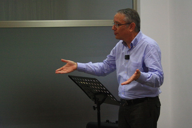 Jaume Llenas, secretario general de la AEE, en una conferencia en Forum14. / Joel Forster,Jaume Llenas