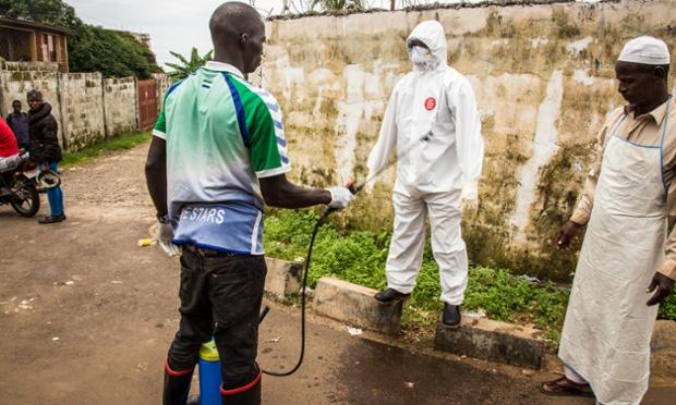 Operario de salud es desinfectado tras tratar a un paciente, en Freetown, Sierra Leona. / Michael Duff, AP,