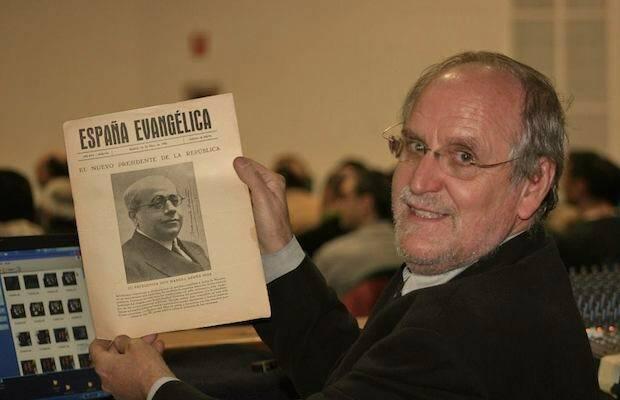 Manuel López, con un ejemplar de España Evangélica. / MGala,Manuel Lopez Rodríguez