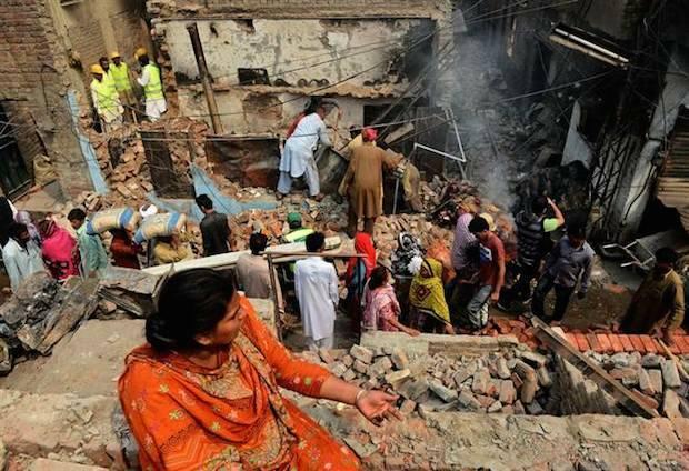 Una mujer cristiana observa su hogar destruido, en Pakistán (puesto 8 en la Lista de Vigilancia Mundial). / NBC,pakistan