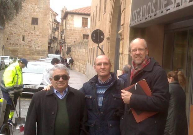Saturnino Martínez, José Macías y Kent Albright, a la salida de los juzgados de Salamanca.,