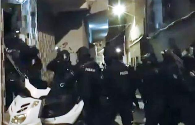 Momento captado de vídeo en que agentes de la Policía Nacional entran en una de las viviendas en Ceuta. / Atlas,Cueta Yihadismo