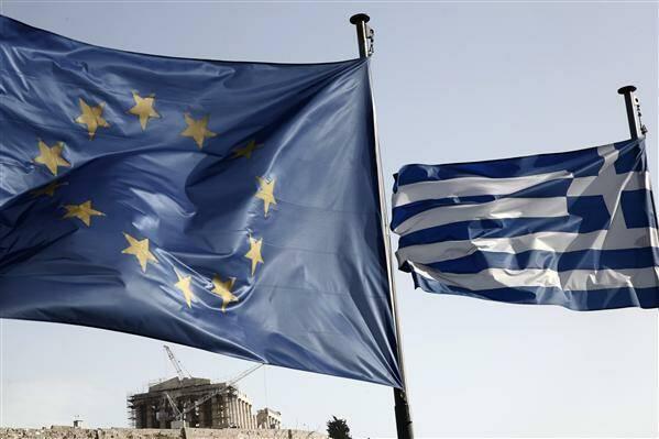 Banderas de la Unión Europea y Grecia, con el Partenón de fondo.,