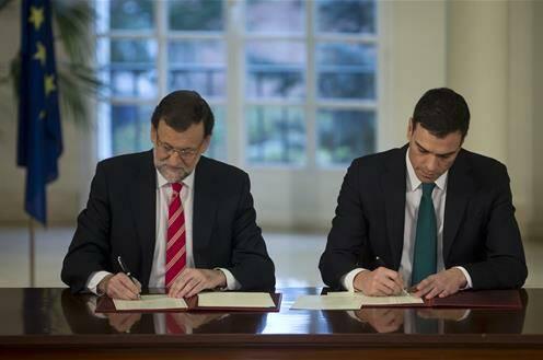 Mariano Rajoy y Pedro Sánchez, firmando el pacto. / Moncloa,