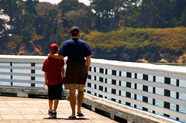 Padre e hijo paseando.,