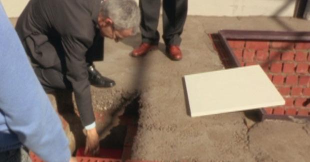 <p> Con la primera piedra se coloc&oacute; una foto, un libro de historia de la iglesia y una Biblia. (Foto: Utrera online).</p> ,