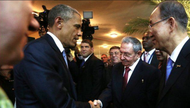 Raúl Castro y Barack Obama se saludan en la Cumbre de las Américas, en Panamá. ,