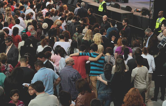 Miles de personas salieron al frente a orar durante el Festival de la Esperanza. / Gabriela Pérez,