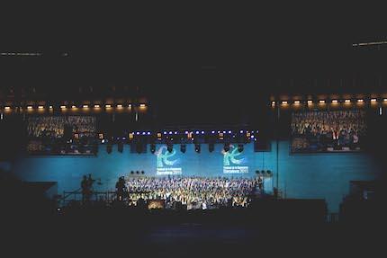 El espectáculo comenzaba con el coro gospel Unido, de 500 voces. / Gabriela Pérez