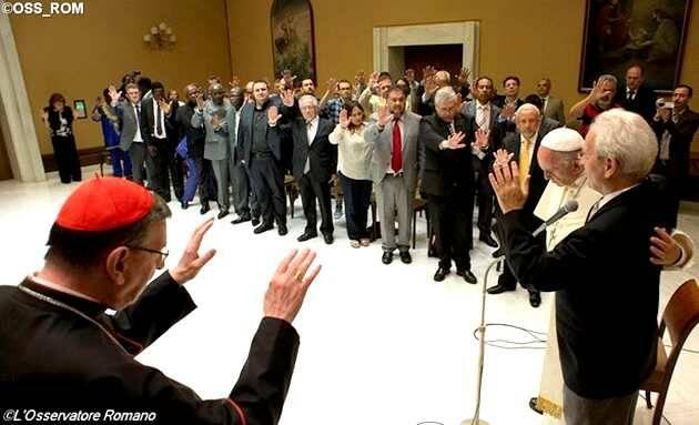 El Papa impone las manos al pastor Traettino mientras todos oran con las manos alzadas,Papa Francisco, pastores evangélicos