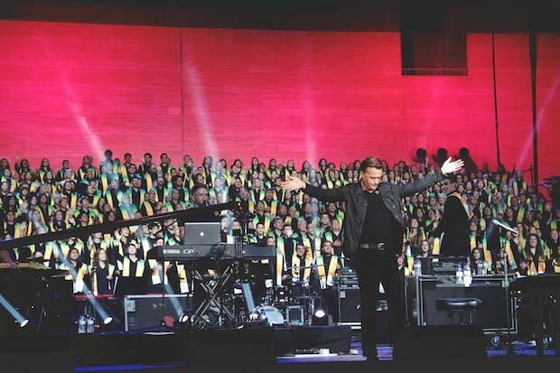 Michael W. Smith y el Coro Gospel Unido de Cataluña, en el Festival de la Esperanza, el 2 de mayo en el Palau Sant Jordi. / Gabriela Pérez,