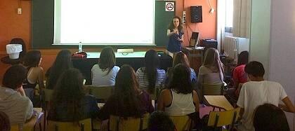 El equipo de Ágape+ participando dando una charla en un instituto de Barcelona. (Foto:Ágape+)