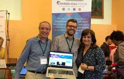 Joel Forster, Laura Sanlon y Jaume Llenas, en el stand de EF.
