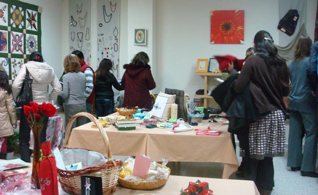 <p> El V Mercadillo Solidario a favor de la obra de Alianza Solidaria tuvo una buena acogida entre los salmantinos.</p> ,