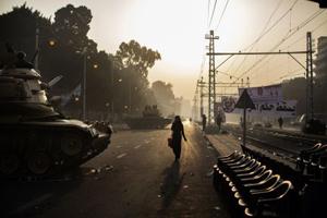 <p> Una mujer recorre las calles militarizadas de El Cairo. (Foto: AFP).</p> ,