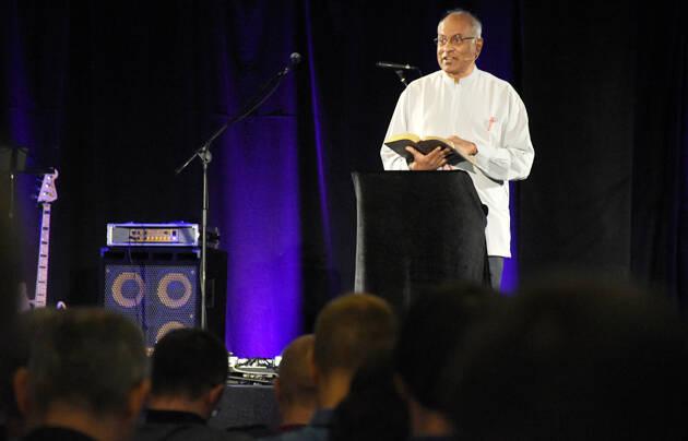 Ajith Fernando, durante una de las exposiciones bíblicas. / Vladimir Raichinov,ajith fernando