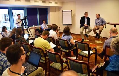 Lars Dahle entrevista a Michael Cromartie en el taller de medios de comunicación. / Vladimir Raichinov