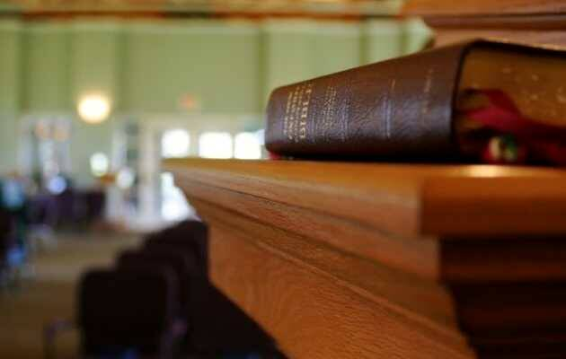 ,Biblia, púlpito iglesia