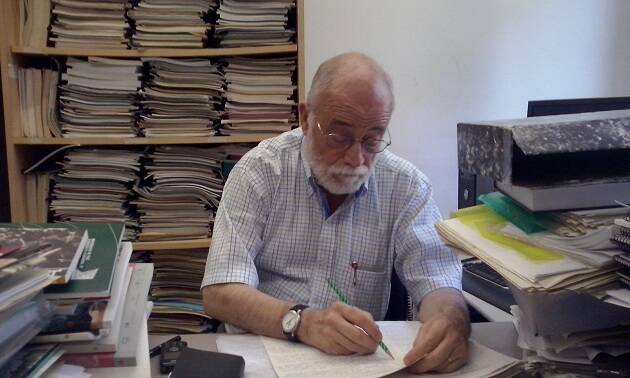 Arcadi Oliveres en su despacho, mientras corrige exámenes de sus alumnos. Foto: Jonatán Soriano,Arcadi Oliveres