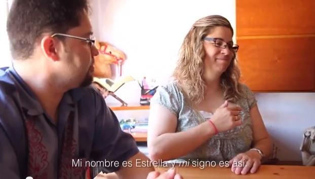 Estrella explica cómo decir su nombre en lengua de signos. / Tu-vivir-Cómo?, Gabriela Pérez,