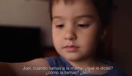 El pequeño, Joel, explica cómo se comunica con sus padres.