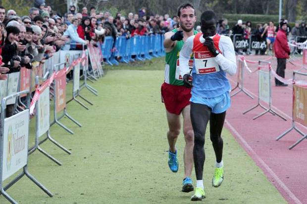 <p> Iv&aacute;n Fern&aacute;ndez Anaya indica la meta correcta a su rival, el keniano Abel Mutai.</p> ,