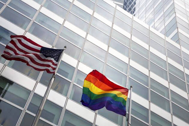 Bandera del colectivo homosexual frente a la sede del banco Goldman&Sachs, en Washington. / Reuters,