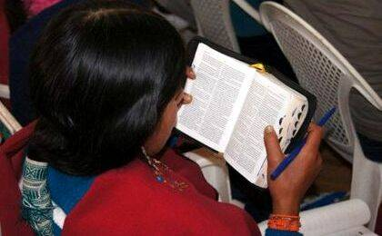 Evangélica ecuatoriana con su Biblia