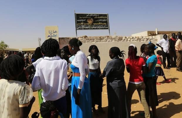 Mujeres en Sudán frente a una iglesia. / Christian Today,