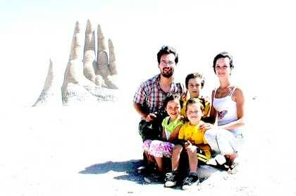 Luis Cruz-Villalobos con su esposa e hijos