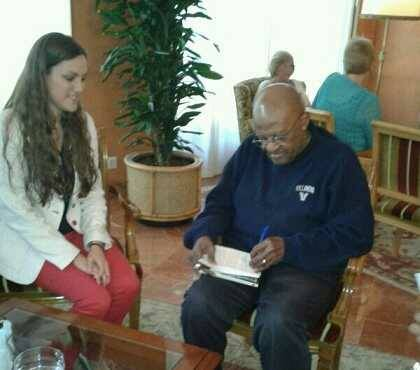Carla Suárez entrevistando a Desmond Tutu en 2014. Foto: C.Suárez