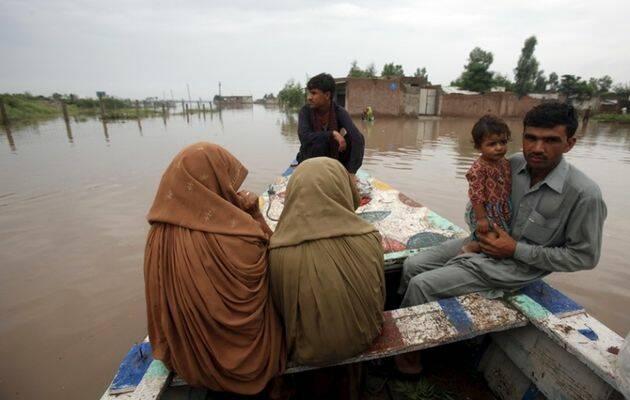 Una familia es rescatada tras las inundaciones provcadas por monzones torrenciales / Reuters,