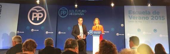 Ted Blake recibe el premio de manos de Dolores de Cospedal. / PP.es,