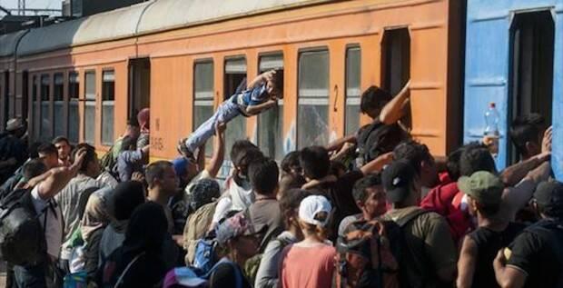 Refugiados en una estación de tren en Serbia.,refugiados tren
