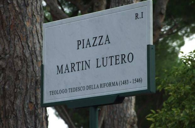 La placa de la Plaza Martín Lutero, en Roma.,roma