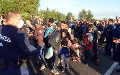 Las tensiones surgieron entre los refugiados y la policía. / Delmaghyar